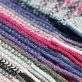 Gestreiftes Tuch in violetten und blauen Tönen