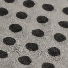 Hellgraues Tuch mit schwarzen Punkten