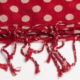 Rotes Tuch mit weißen Punkten
