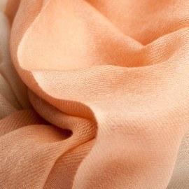2-Lagen-Kaschmir-Schal in pfirsich- und cremefarben
